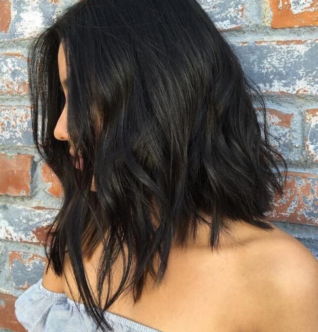 Женская стрижка каскад на средние волнистые волосы по форме лица