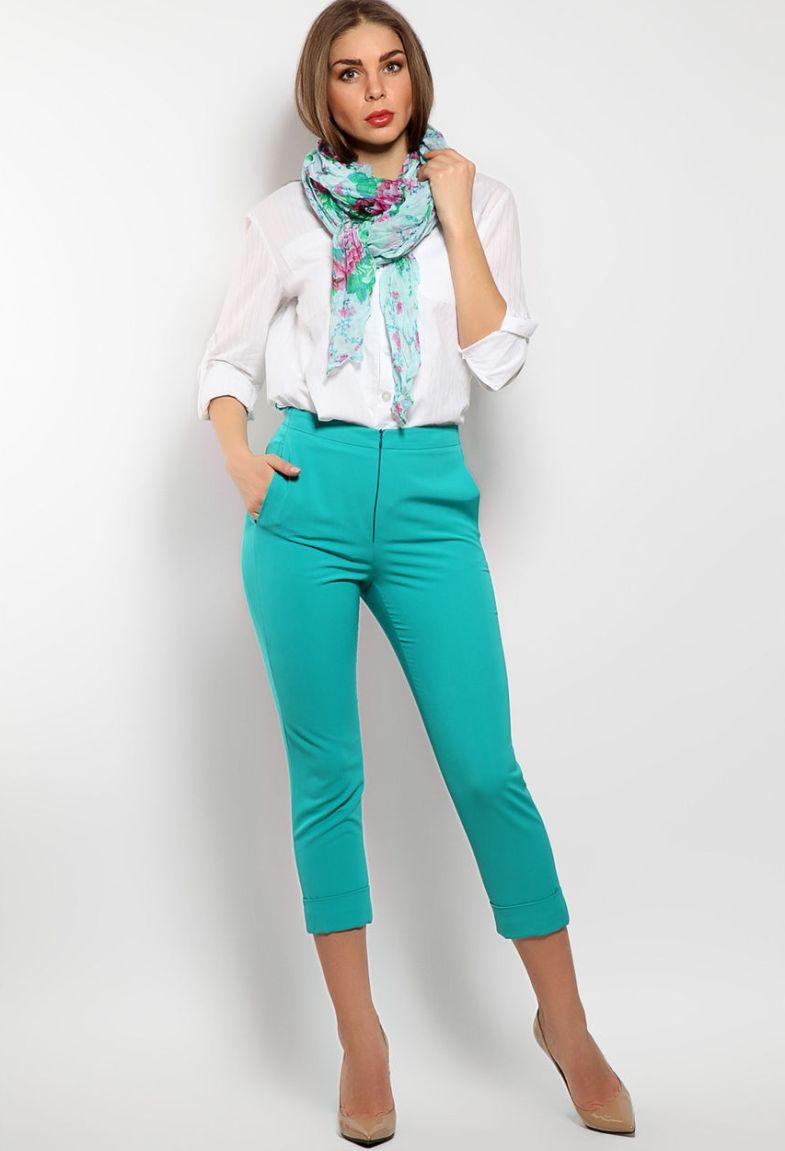 С чем носить синие женские брюки - самые модные тенденции с фото
