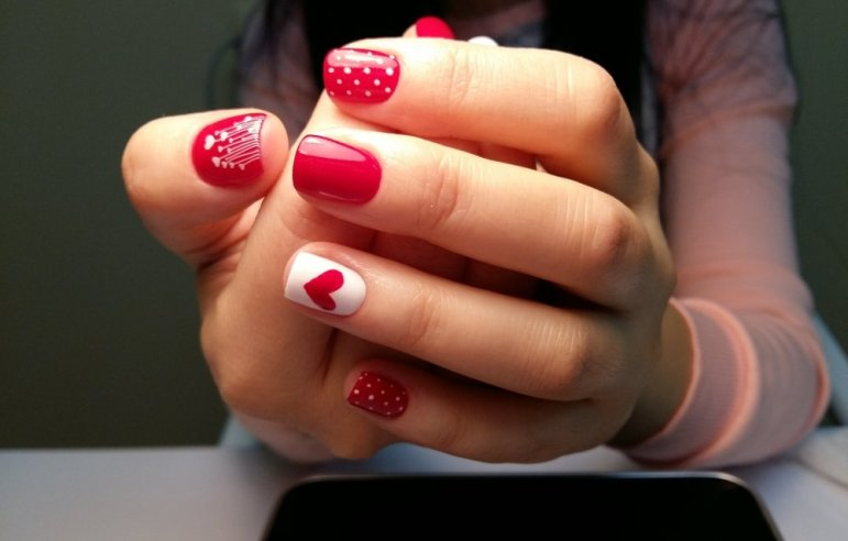 Красивый дизайн красного с белым маникюра на коротких и длинных ногтях