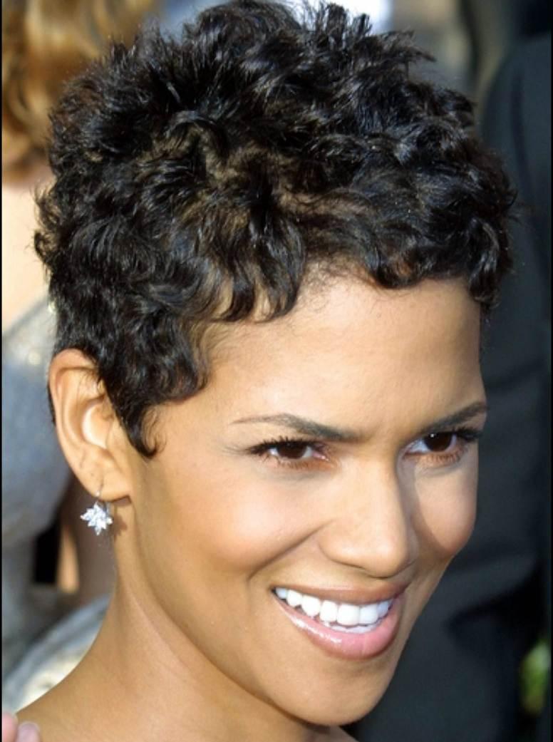 Модные женские стрижки на кудрявые волосы с фото