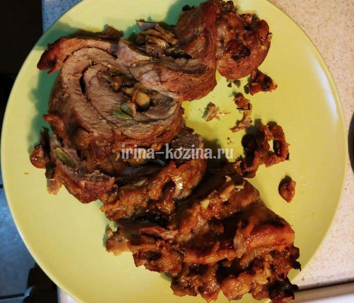 Как приготовить сочный мясной рулет с начинкой в духовке