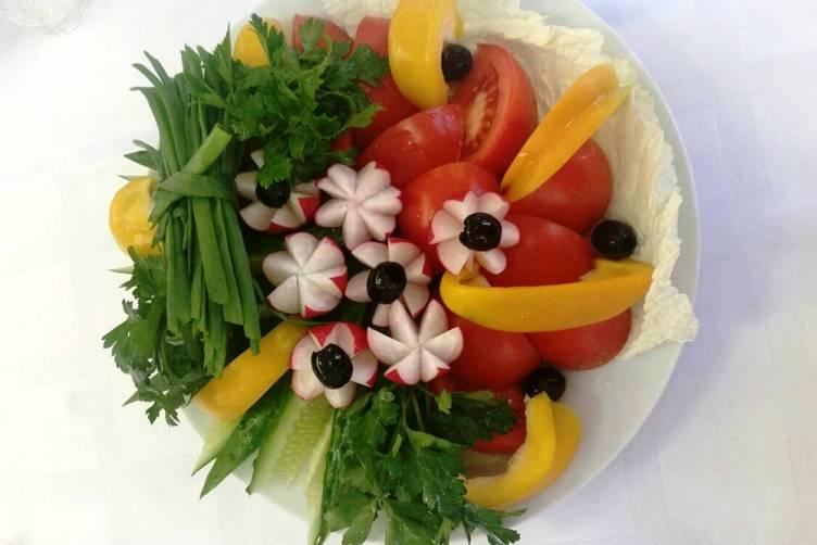 Красивое оформление овощной нарезки на праздничный стол в домашних условиях с фото