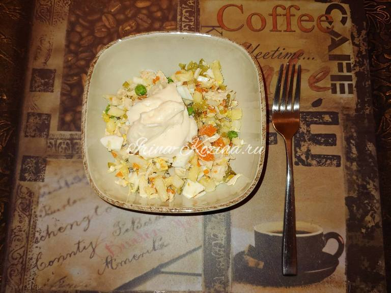 Очень вкусный куриный салат с зеленым горошком и яйцом
