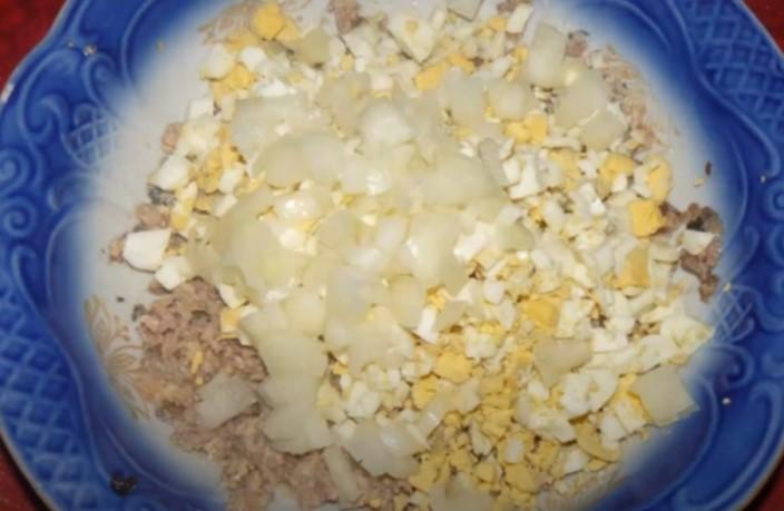 Салат с рыбными консервами - простые и вкусные рецепты