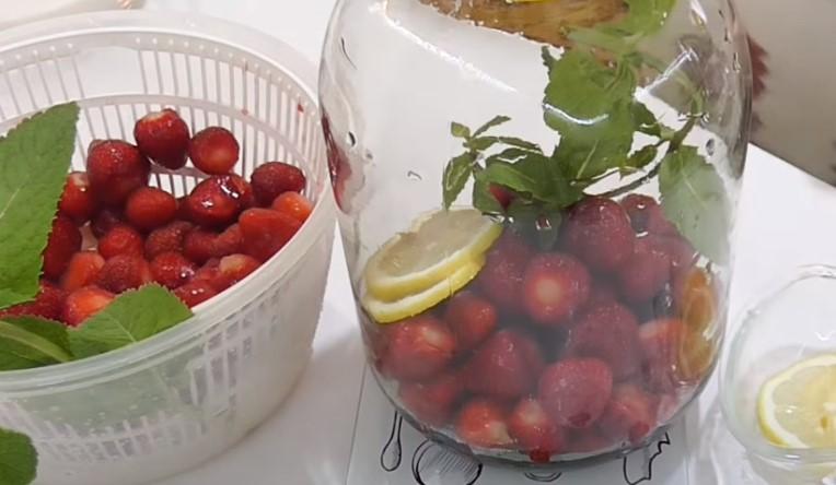 Компот клубничный на зиму - 6 простых рецептов