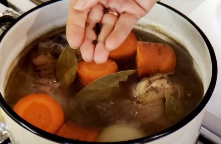 Как приготовить свиную рульку в духовке сочно и вкусно?